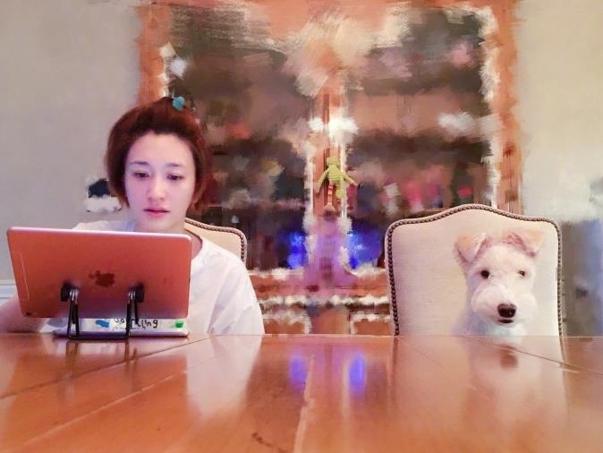 李小冉素颜造型呆萌 与狗狗亲吻互动超有爱