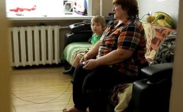 俄罗斯大妈直播成网红 带娃玩游戏两不误