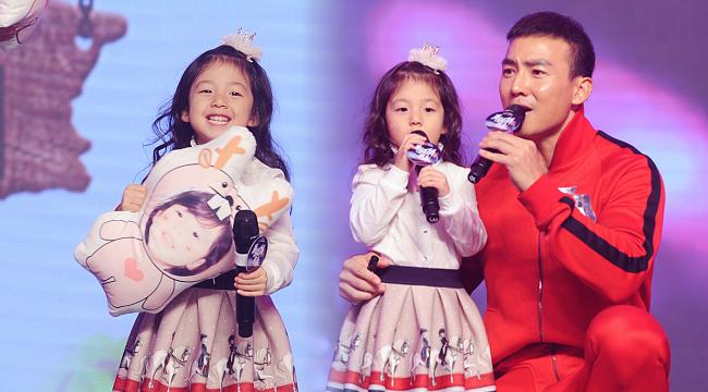 小泡芙与爸爸同台演唱 刘畊宏紧搂女儿超有爱