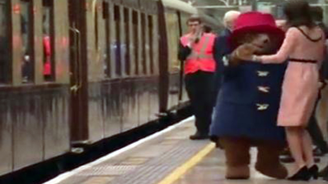 凯特王妃挺孕肚与帕丁顿熊跳舞