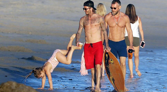 奶爸贝克汉姆带娃海边玩耍 小七翻跟斗表演杂技