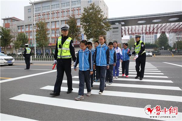 淄博高新区交警为特教中心儿童上交通安全课