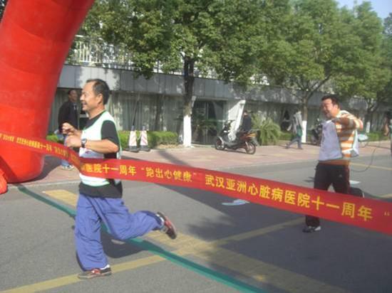 """亚心医院2010""""跑出心健康""""再度掀起健康跑热潮,梁�蹑每觳�"""