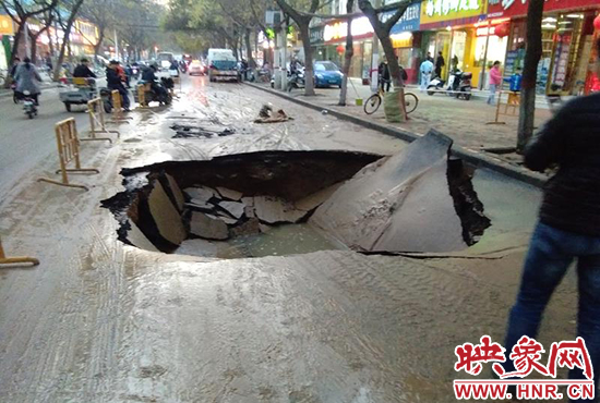 郑州红专自来水爆管地面现大坑_10天前附近曾爆管
