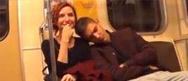 帅小伙装睡靠女乘客肩膀 网友:换我早被打死!