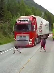 大卡车和他可能只差1厘米