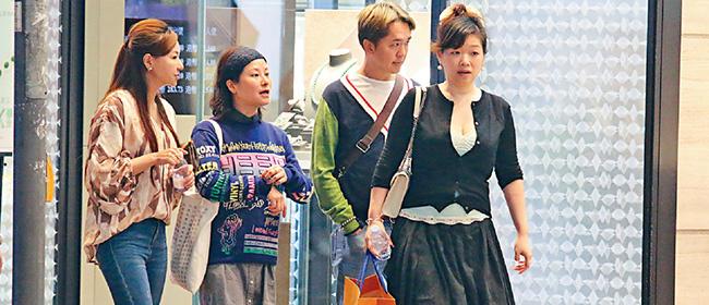 港星邓兆尊带3个老婆扫货 关系融洽