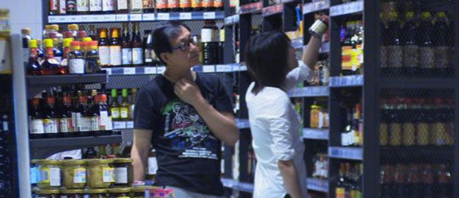 郑爽和爸爸素颜逛超市 挑选调料表情呆萌