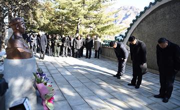 宋涛在朝鲜向毛岸英墓鞠躬
