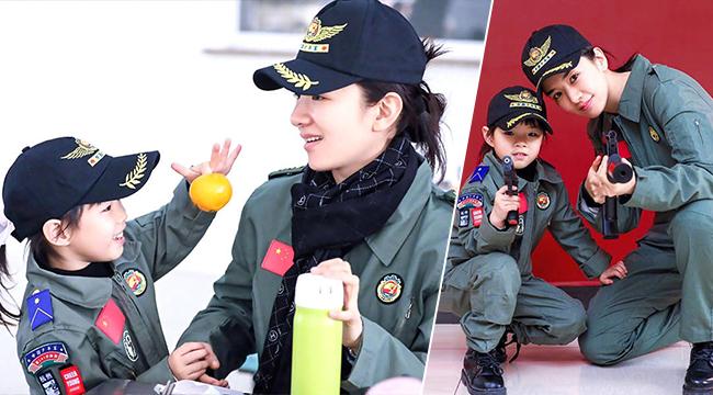 黄奕带4岁女儿接受国防教育 俩人穿军装英姿飒爽