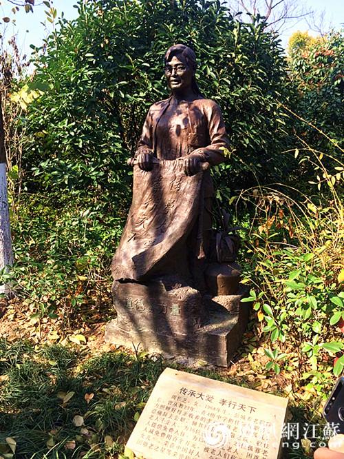 图为徐州市好人园内中国好人周长芝塑像