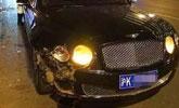 司机礼让行人致追尾 价值500万宾利撞上野马跑车