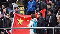 """国足在德遇""""藏独""""挑衅 中国队员罢赛球迷举五星红旗"""