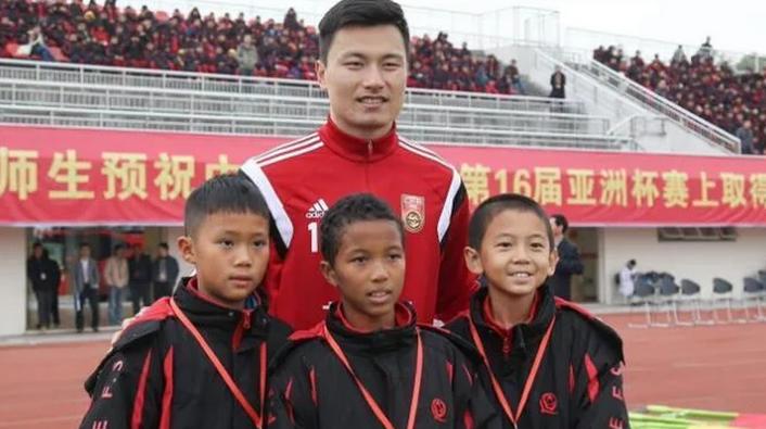 中非混血踢进国足 母为坦桑尼亚人父是浙江温州人