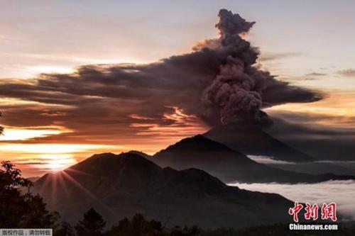 印尼将巴厘岛火山喷发预警升至最高级别 机场临时关闭
