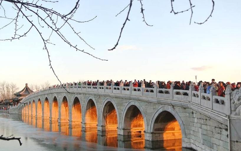 """北京颐和园十七孔桥""""金光穿洞"""""""