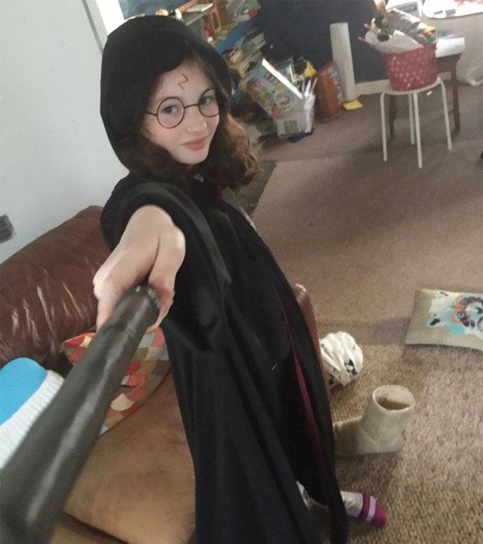 10岁女孩采访她家猫 网友都被萌翻了