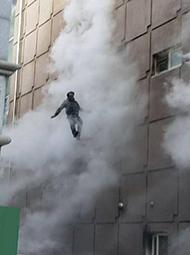 大楼起火,男子跳下逃生