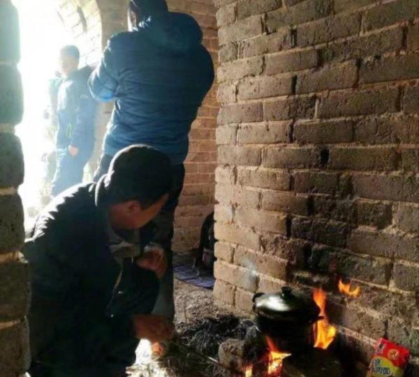 驴友烧火做饭熏黑长城 国家文物局回应