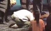 89岁奶奶粉丝病了 胡歌跪趴地上签名暖炸了