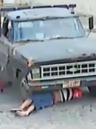 摩托车司机撞入卡车底盘生还
