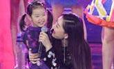 凤凰传奇现身新年晚会彩排 4岁女儿同台