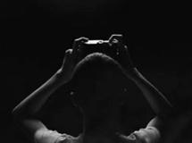 盲人摄影师从小受歧视 靠听觉拍照片