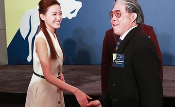 72岁郭晶晶公公现身 见到美女表情亮了