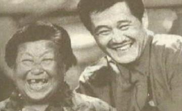 61岁赵本山携女看望88岁干妈