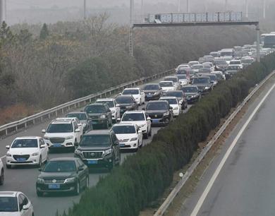 大雾锁城 高速口拥堵