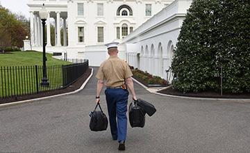特朗普回白宫:军人携带核武器密码箱子