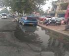 商丘这条道路下水道污水流出几十米 半个多月了没人管