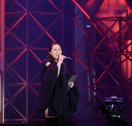 时隔12年卫兰终获叱咤乐坛女歌手金奖 感谢旧老板黎明