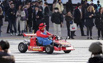"""日本东京街头突现""""马里奥赛车"""" 人群沸腾了"""