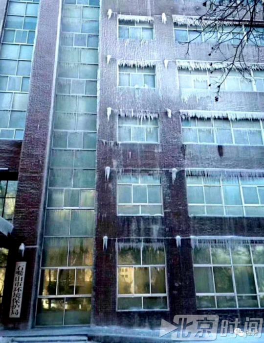 """雾炮车""""用力过猛"""" 宁夏一环保局大楼被喷成冰雕"""