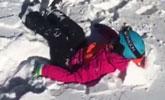 孩子独自溜上滑雪场缆车 不幸坠落后被积雪救下