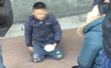 偷花3000元打游戏 男童被罚街头跪地乞讨