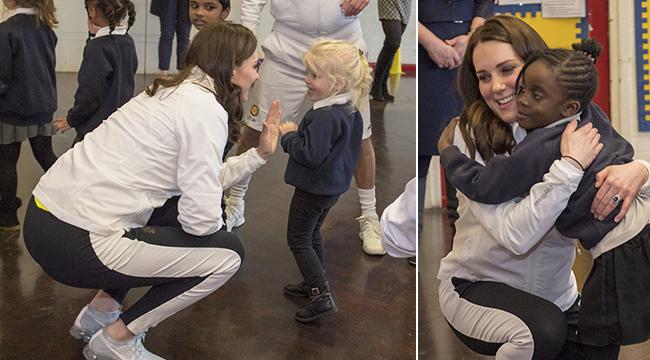 凯特王妃与孩子们亲切交流 挺孕肚蹲着聊天