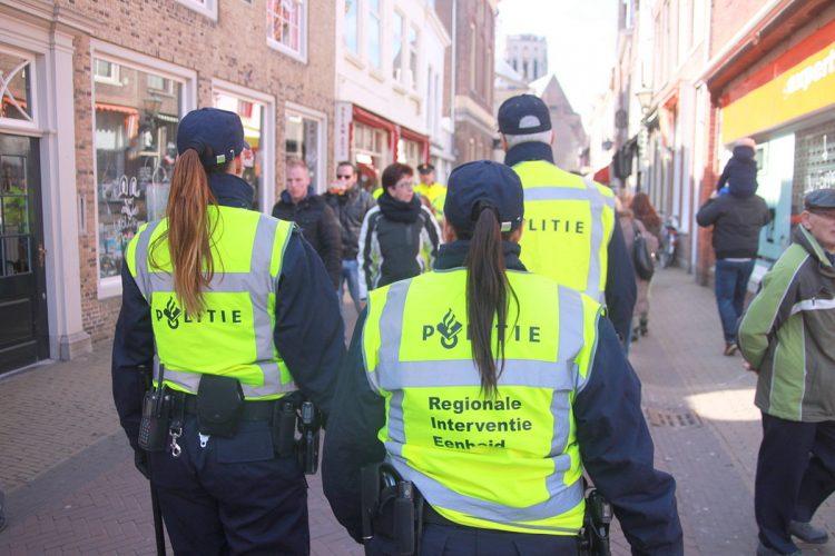 穿着与收入不符的奢侈品?当心被荷兰警察当街扒掉