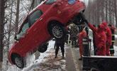 下雪车子滑入河道 司机爬出后弃车而去