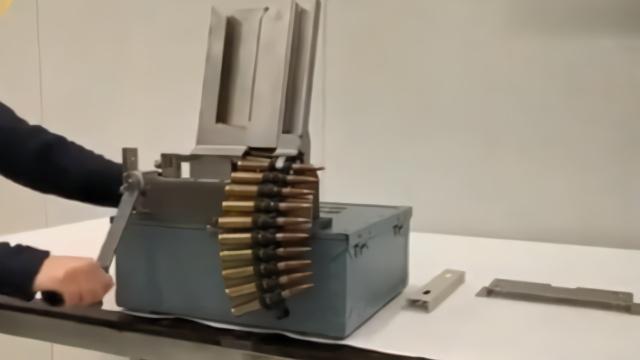 子弹是如何一颗一颗连成弹链的?看完视频你就懂了