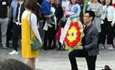 奇葩!重庆一男子拿花圈求婚 女孩果断拒绝