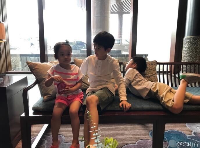 潘粤明儿子顶顶9岁生日照曝光 长女