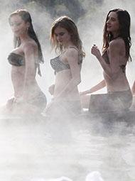 泳装美女温泉玩雪
