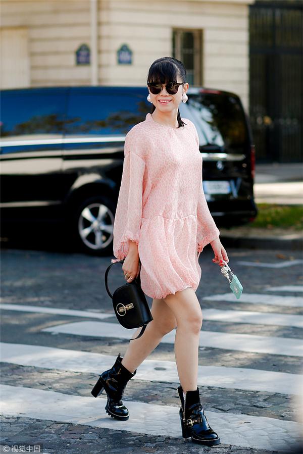 针织衫,与校服运动裤和牛仔裤搭配起来,都很时髦~ 时尚达人街拍示范