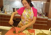 63岁刘晓庆为全家做年夜饭