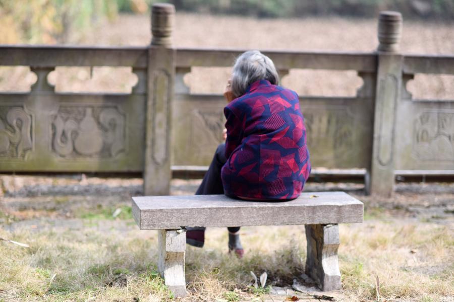 白发老人初一独自在湖边打1小时电话:何时回_资讯频道_凤凰网
