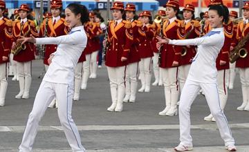 朝鲜啦啦队在韩国广场演出引围观