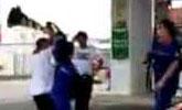 加油站内抽烟被阻止 男子追打工作人员