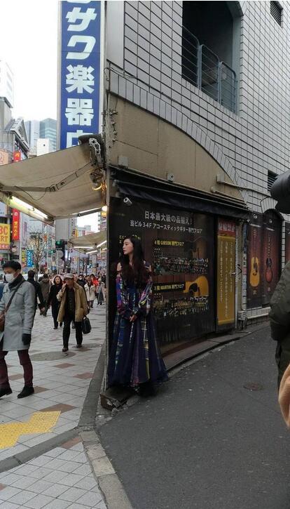 东京街头捕捉野生范冰冰:不畏低温露香肩肤白腿长